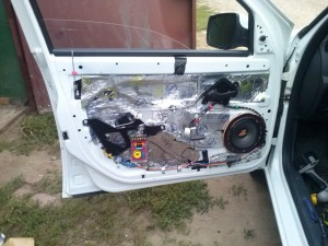 Динамики в передние двери Гранта 3 300x225 Установка динамиков в передние и задние двери на Datsun on Do и mi Do